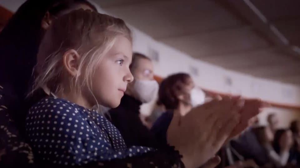 A little girl applauds.