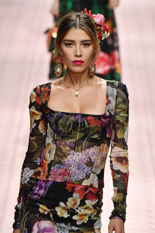 Michelle Salas desfilando un diseño de Dolce & Gabbana en Milán. (Photo by Victor Boyko/Getty Images)
