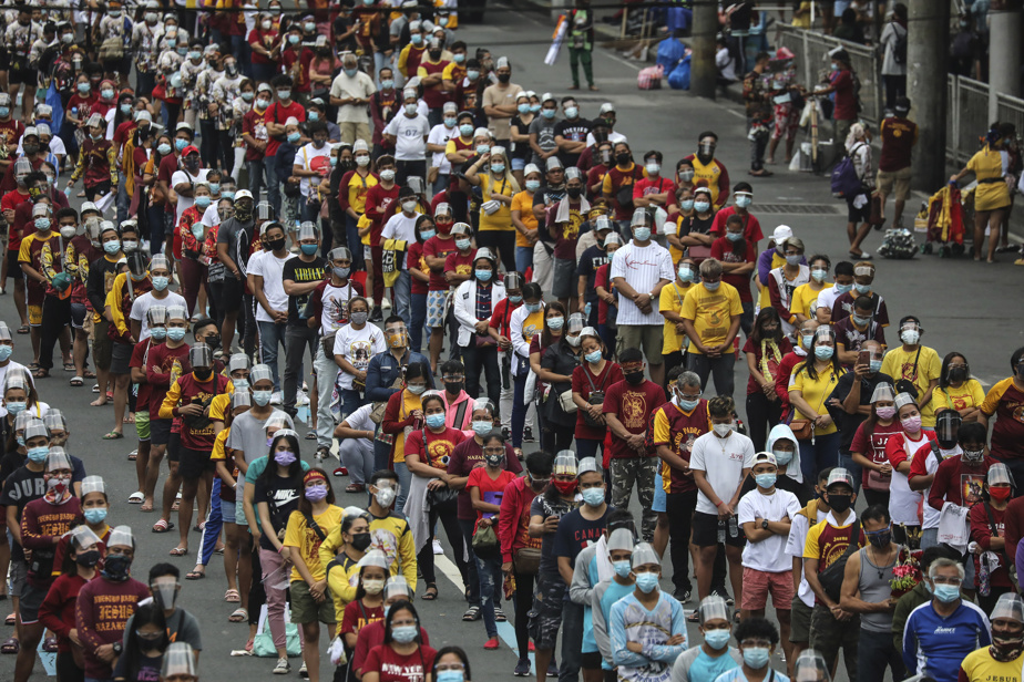 Thousands Flout COVID-19 Restrictions to Attend Black Nazarene Feast in Manila